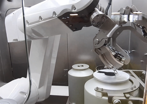 Robotics in a sterile Pharma Isolator / Sterile Discharging of large Aluminum Cans into a Process Vessel – Case Study / Beitrag aus TechnoPharm 11, Nr. 3, 122-129 (2021)