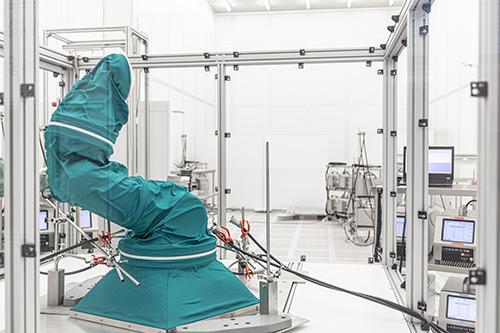 Clean Sterile Automation / Maßgeschneiderter, KI-basierter Reinraumabzug zur GMP-tauglichen Integration bestehender Automatisierungssysteme